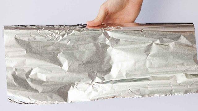 bungkus seledri dan brokoli dalam alumunium foil
