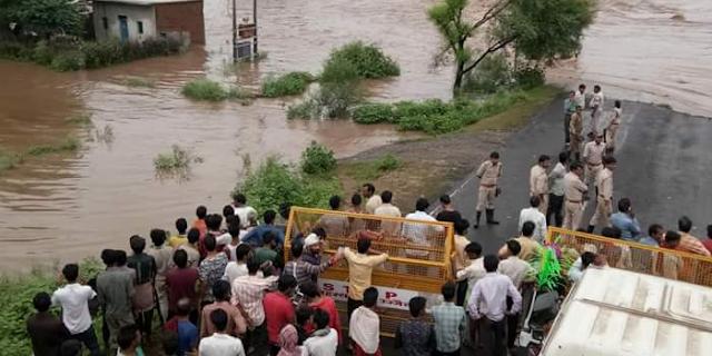 शिवपुरी की बाढ़ में फंसे 80 छात्र, परीक्षा नहीं दे पाए   MP NEWS