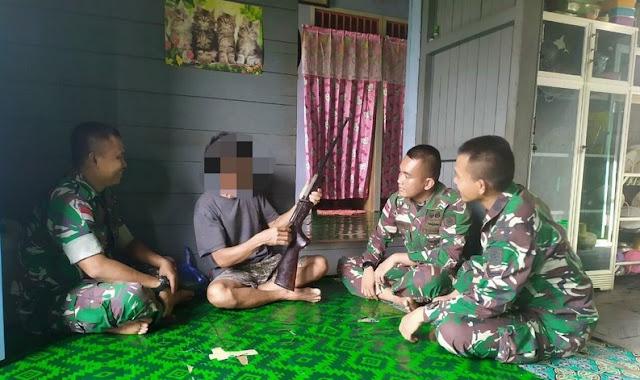 Lagi, Warga Perbatasan Serahkan Senjata Ke Satgas Yonif Raider 303 Kostrad