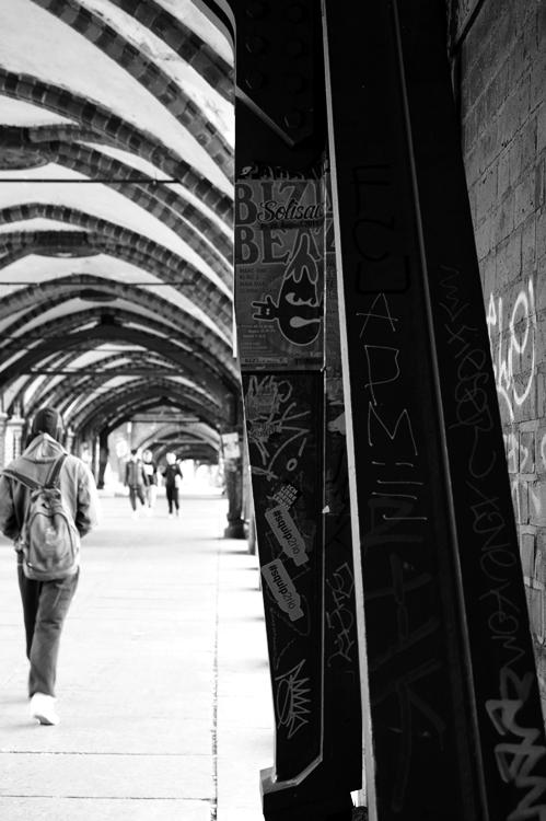 Blog + Fotografie by it's me! - Bloggertreffen in Berlin - Brückenbogen zur U1 in SchwarzWeiß