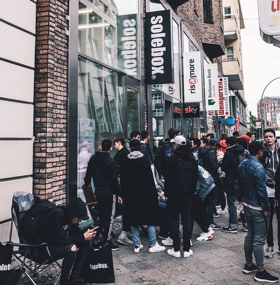 f6c99874eedd People waited outside of stores for hours and the same happened in Berlin