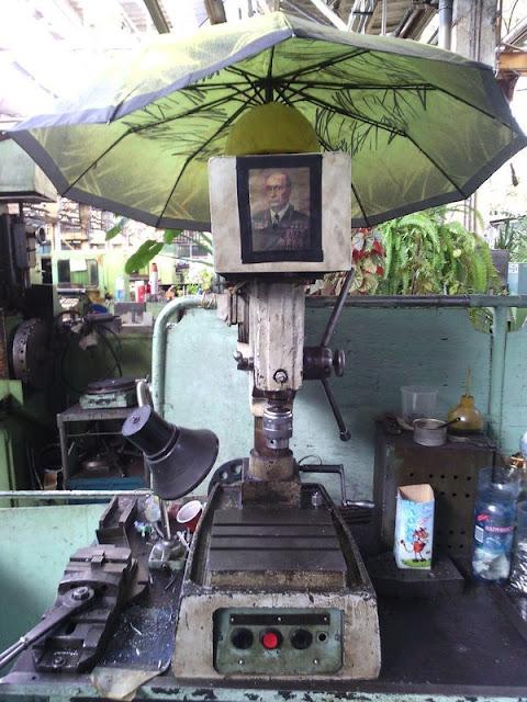 сверлильный станок и каска с зонтиком
