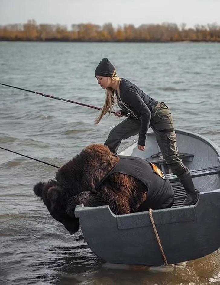 Chica en Rusia rescata oso y ahora es su mejor amigo