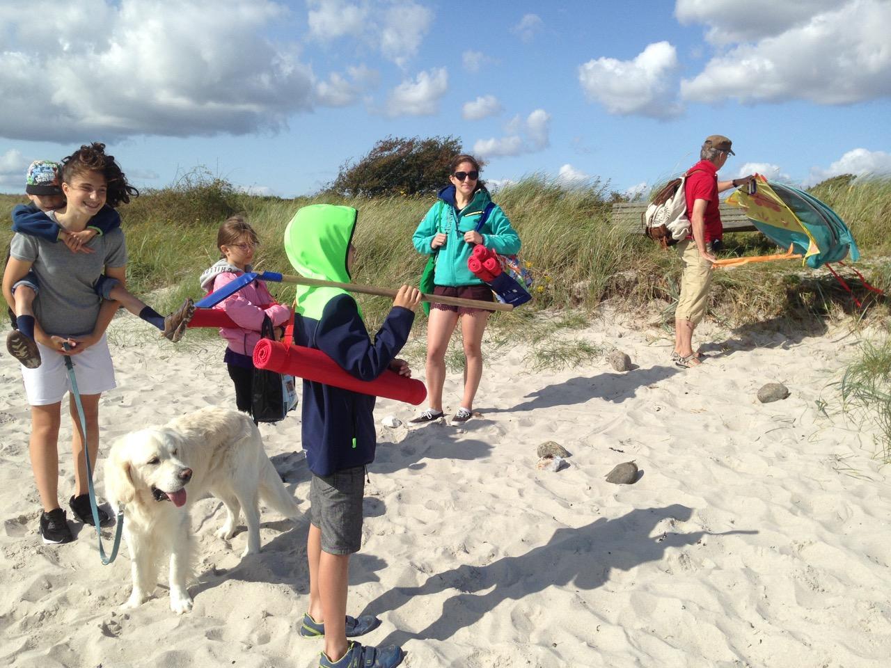 Meine Kinder, der Ritter und unser Hund Tamino auf Kegnaes, Dänemark