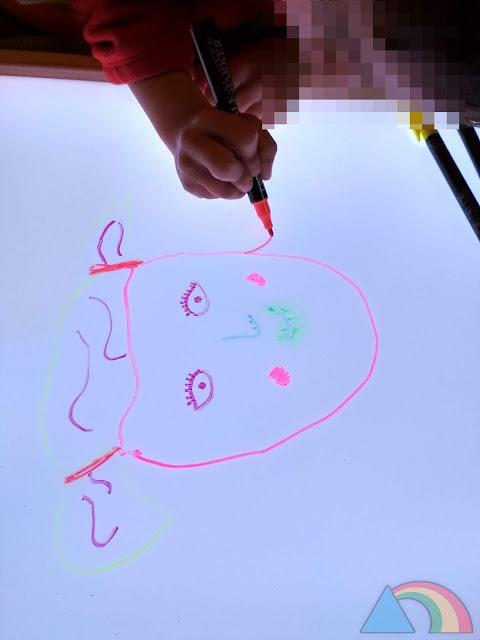 Dibujando sobre la mesa de luz con rotuladores de tiza