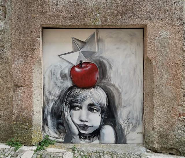 giovane raffigurata murale per Urban Street Art di Erice