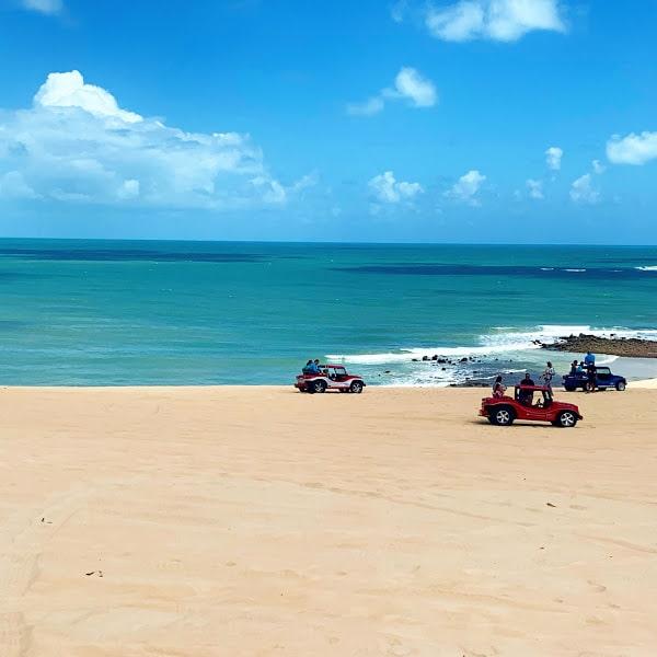 3 buggys em frente ao mar nas dunas de areia