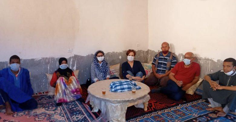 """حقوقيون بينهم نجاة أنور و حنان الوالي و إبراهيم رزقو في بيت الطفلة الضحية """"نعيمة"""""""