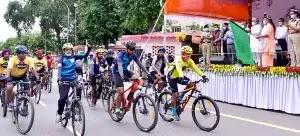 मुख्यमंत्री योगी ने अमृत महोत्सव की श्रृंखला में सशस्त्र सीमा बल द्वारा आयोजित साइकिल रैली को लखनऊ से दिल्ली के लिए झण्डी दिखाकर रवाना किया