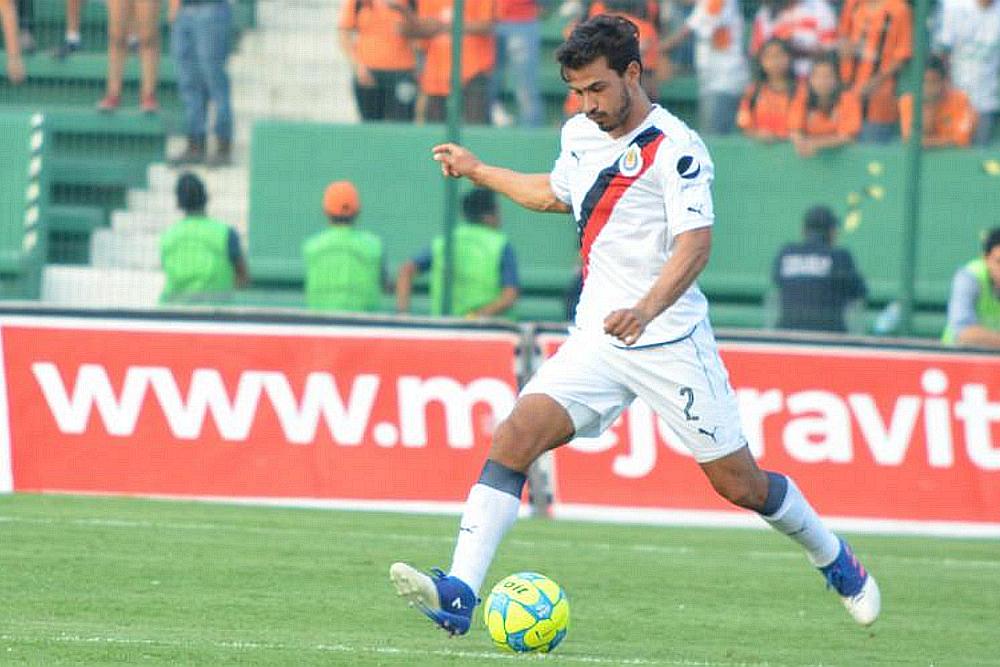 El defensa central, Oswaldo Alanís durante el partido ante Jaguares.
