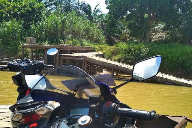 Rakit Penyeberangan desa Subarak kecamatan Gunung Sahilan
