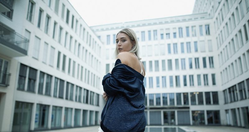 Adidas-Adilette-Veez-Samt-Bomberjacke-jumpsuit-summer-Look-Outfit-Inspiration-Style-Streetstyle-Fashion-Fashionblogger-Modeblog-Blog-Blogger-Ootd-Outfit-Outfitoftheday-Munich-Muenchen-Asos-Missguided-Lauralamode