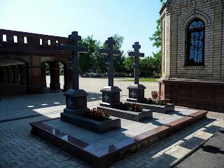 Микільське. Свято-Успенський Миколо-Василівський монастир. Могили священнослужителів