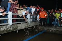 Ganjar Pranowo Melihat Saluran Air Penyebab Banjir Di Desa Kalipucang Wetan.