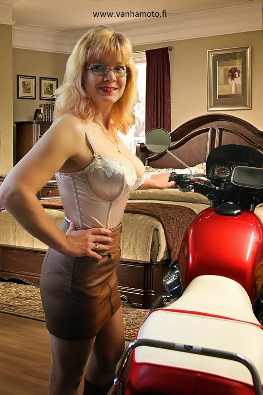Honda CX 500, nahkahame, nahkaminihame, korkosaappaat, stay up, korseletti, satiini, isot rinnat - leather skirt, leather miniskirt, stay ups, high heel boots, corselet, satin, big breasts