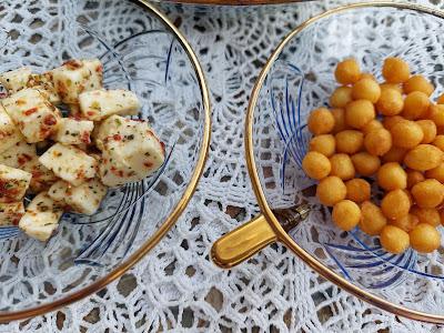 Sałatka z fetą i dressingiem o smaku curcumy