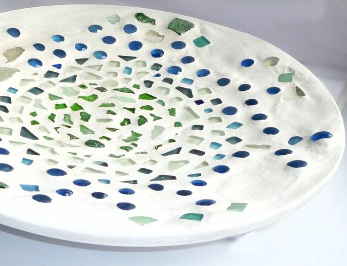 Weißer Teller mit Seeglas, verfugt