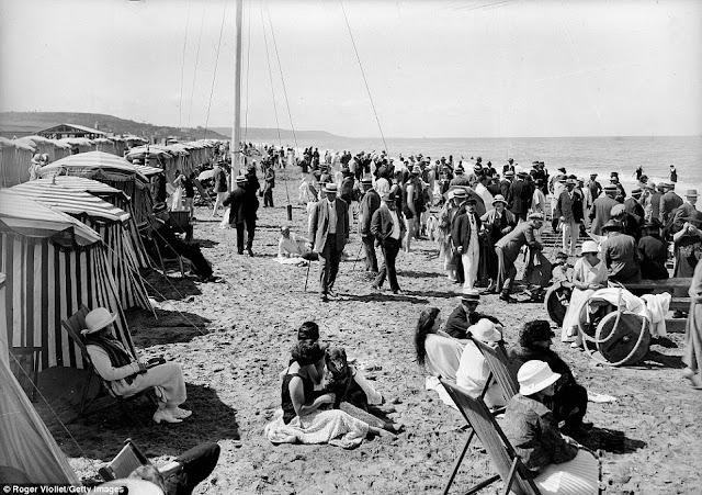 En 1920, las playas de Deauville, muchas personas usbaan su ropa formal