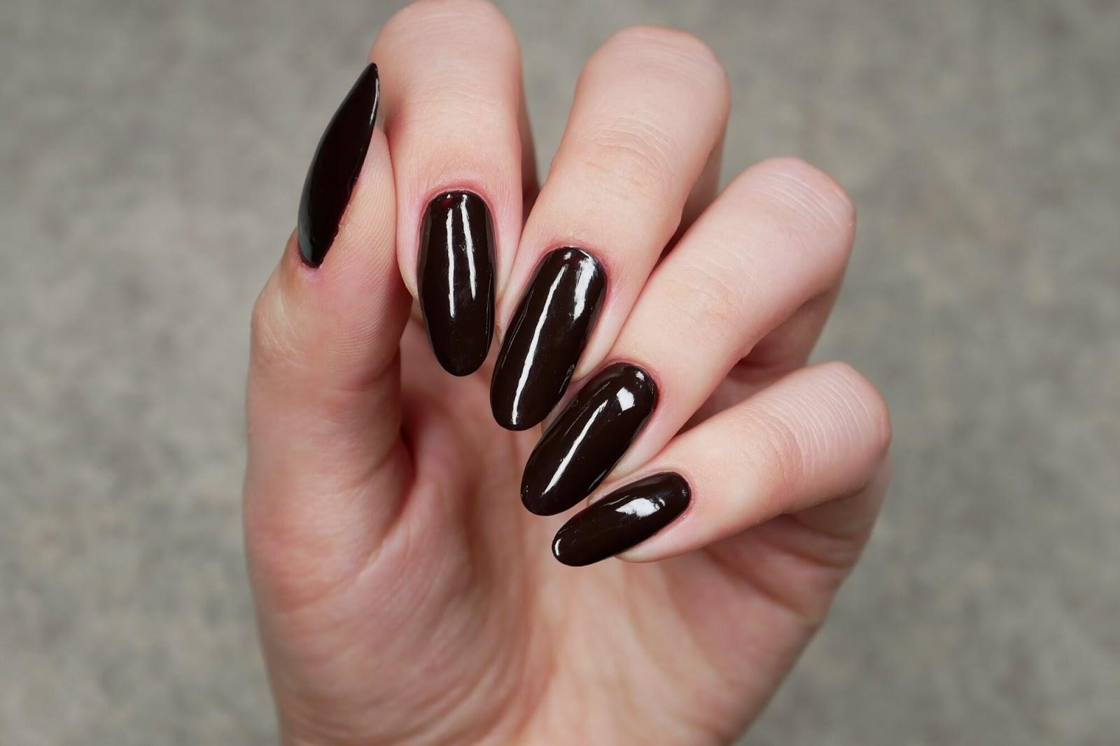 ciemnobrązowe, prawie czarne paznokcie