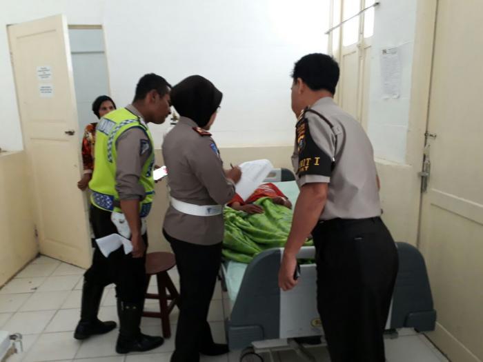 Petugas membawa korban truk terbalik ke rumah sakit