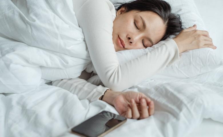 Bahaya Menaruh HP Terlalu Dekat Saat Tidur