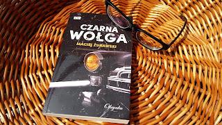 """Musiałam wsiąść do """"Czarnej wołgi"""". Recenzja powieści Macieja Żurawskiego."""