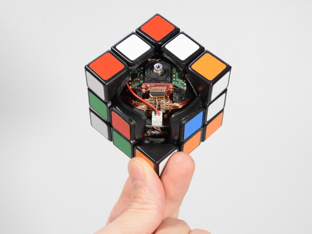 Ein schwebender selbstlösender Zauberwürfel | Floating Self-Solving Rubik's Cube
