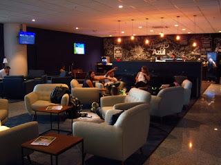 Cadeiras, sofás e mesinhas dão um toque descontraído ao Lounge Azul.