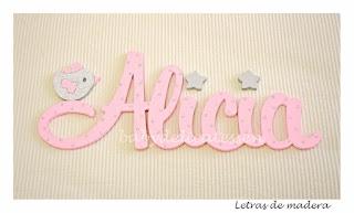 letras de madera infantiles para pared Alicia con silueta de pajarito babydelicatessen