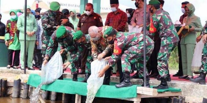 Bupati Safrial Tabur Benih Ikan Bersama Rombongan Korem 042/Gapu
