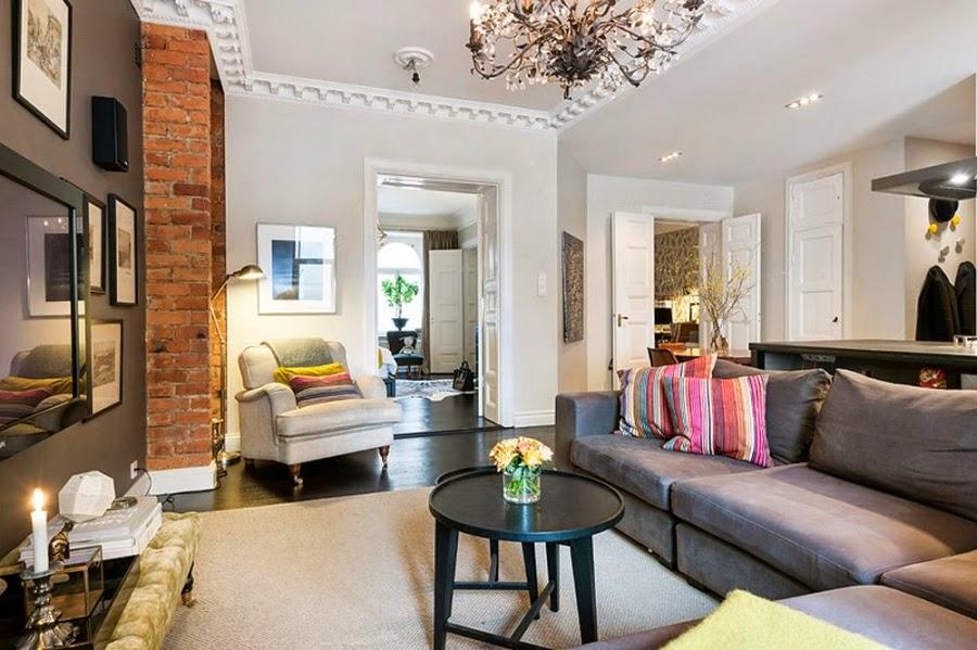 Apartament w Szwecji z kontrastową ścianą, wystrój wnętrz, wnętrza, urządzanie domu, dekoracje wnętrz, aranżacja wnętrz, inspiracje wnętrz,interior design , dom i wnętrze, aranżacja mieszkania, modne wnętrza, styl klasyczny, styl nowoczesny, ceglana ściana, ściana z cegły, salon, ceglana ściana, ceglany mur, fotel, sztukateria