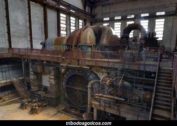 fabrica abandonada enferrujada pelo tempo
