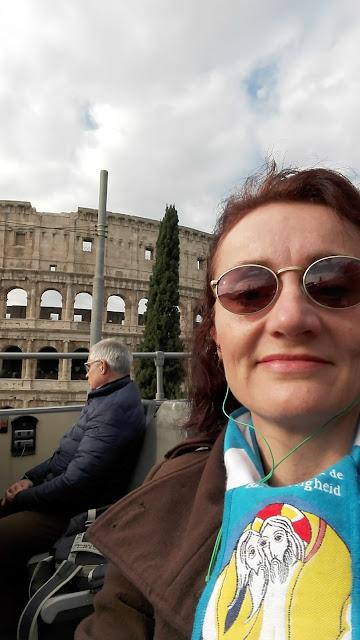 Selfie in de ronvaartbus van het Colosseum