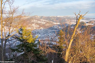 Widokowa Sokolica: szczyty gór jeszcze w słońcu, położone w dolinie Dunajca Krościenko już zacienione