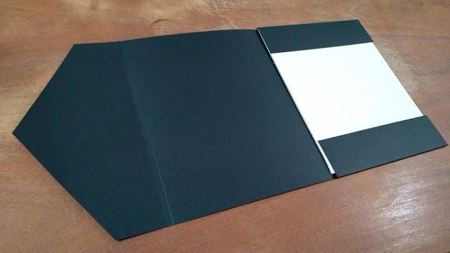 Envelope vermelho-preto aberto.