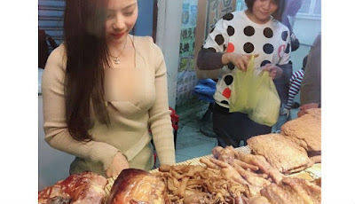Model cantik menjual daging
