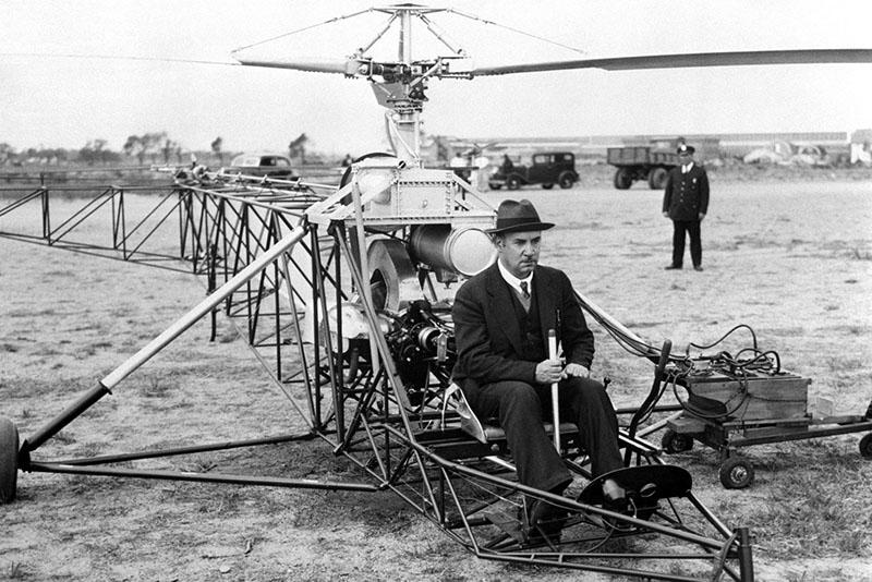 Ігор Сікорський випробовує свій гелікоптер