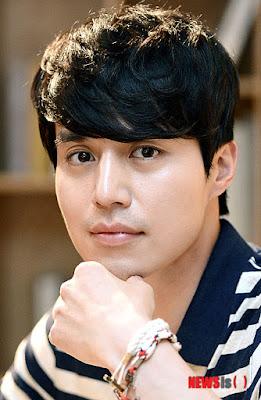 yaitu seorang pemain drama yang berasal dari Korea Selatan Lee Dong Wook