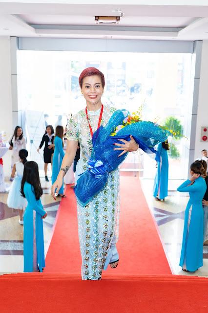 Đạo diễn Holy Thắng đến chúc mừng Ceo Hồ Hương đạt Top 10 thương hiệu uy tín - Ảnh 2