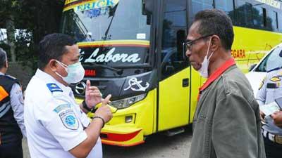 Ahmad Yani saat berdialog dengan pengemudi Bus AKAP