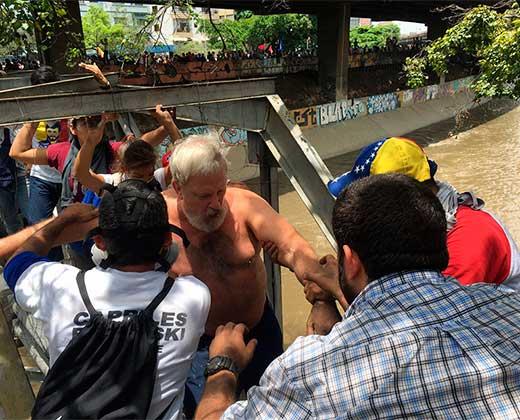 Manifestantes se lanzaron al río Guaire tras la represión de la GNB (+Videos)