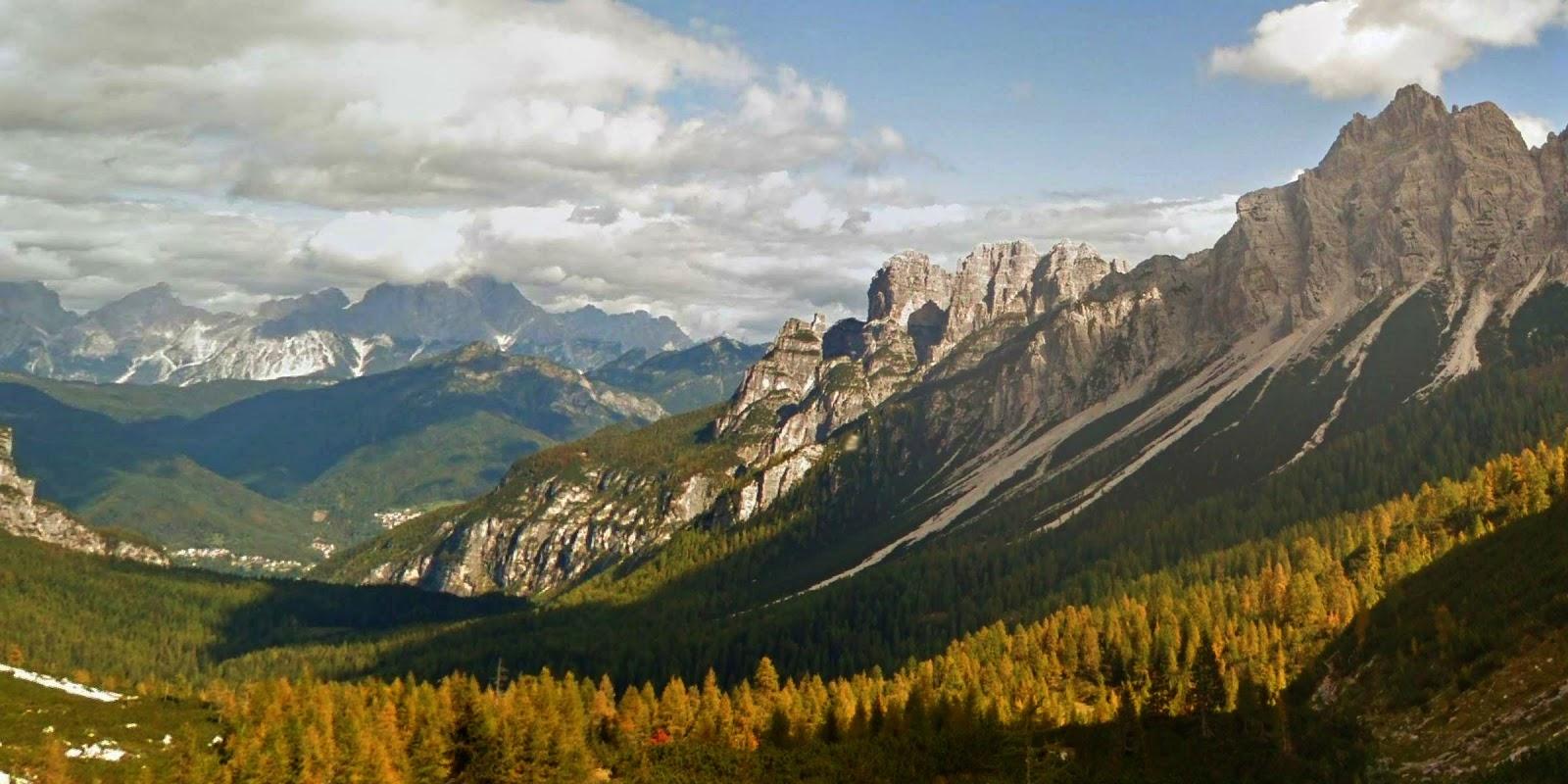 Пейзаж с горами и лесом