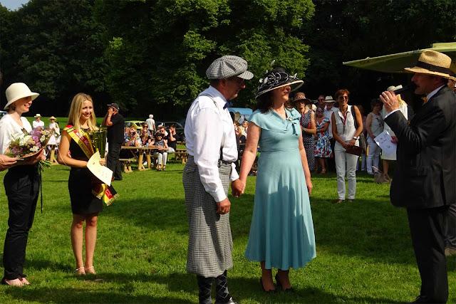 Miss NRW Alina Müllenborn und Prinzessin Marie-Christine von Merode übergeben Blumen und Pokal auf dem 1. Fashion Award auf Schloss Merode