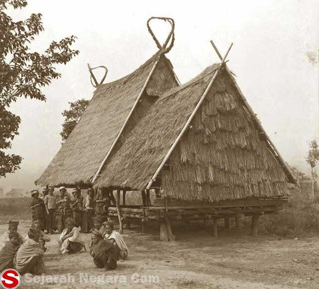 Gambar Rumah adat di Kampung Nondowa, Sulawesi Tengah sekitar 1911