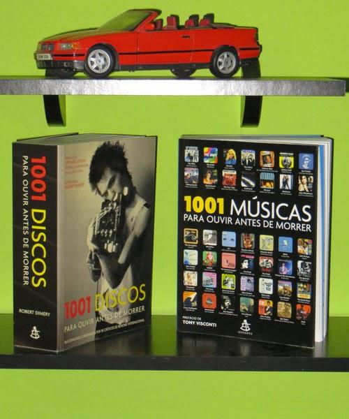 Foto dos Livros 1001 discos... e 1001 músicas para se ouvir antes de morrer. Na prateleira de cima, aparece a miniatura de uma BMW Conversível vermelha.