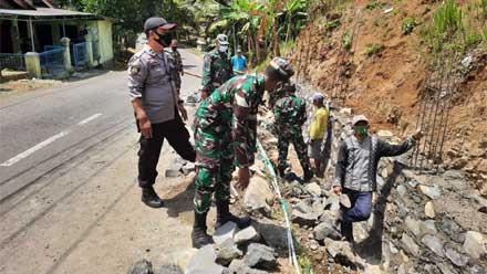 Sinergitas TNI Polri di Kebumen Gotong Royong Perbaiki Sandaran Tebing