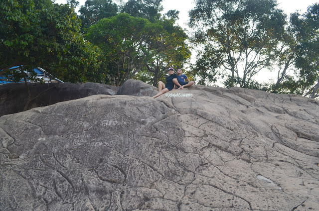 Ada warung di atas Batu Lembu Gunung Lembu | JelajahSuwanto