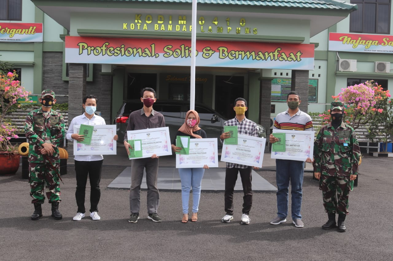 Penyerahan Piagam Penghargaan kepada perwakilan Mahasiswa  Kampus Teknokrat Lampung atas partisipasi Lomba Karya Jurnalistik pada TMMD Ke- 109 Tahun 2020