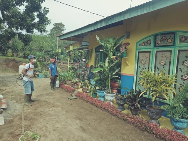 Dengan Melalui Personel Koramil 05/Serbelawan Jajaran Kodim 0207/Simalungun Laksanakan Penyemprotan Disinfektan