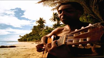 O cantor Gilberto Gil em praia na Bahia (Foto: Divulgação/Canal Curta!)